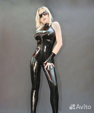 Женщина в латексном костюме издевается фото 167-300